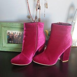 Fuchsia velvety chunky heel boot booties